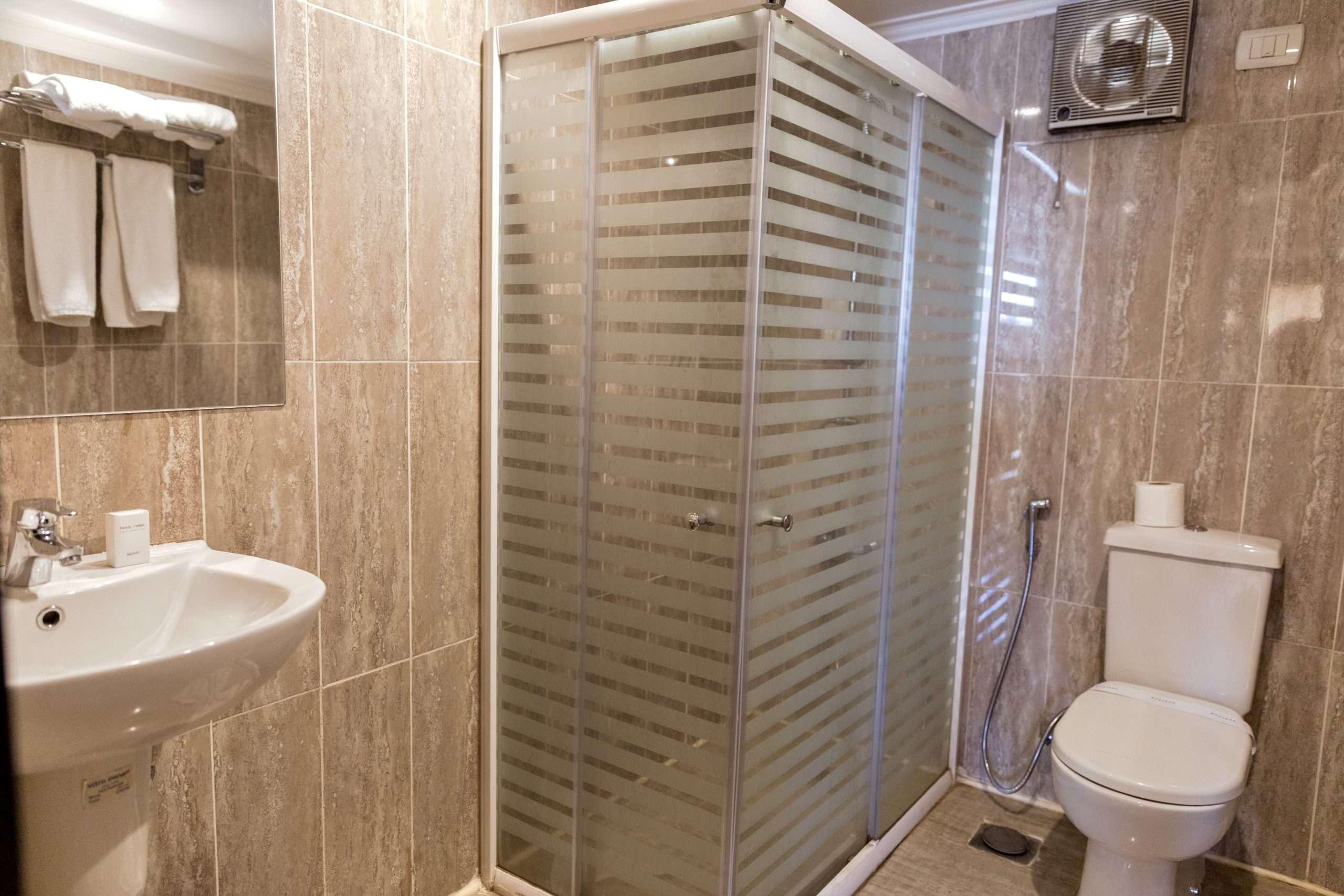 Shower and bathroom in the obelisk nile hotel in Aswan